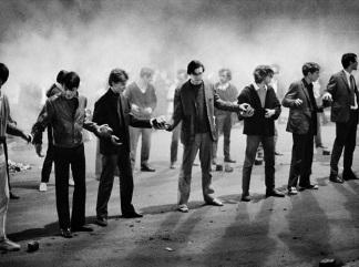 Bruno Barbey Un gruppo di studenti forma una catena per passare i ciottoli di una barricata a rue Gay-Lussac. Parigi 10 maggio 1968. Bruno Barbe