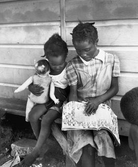 Eve Arnold Figli di raccoglitori di patate immigrati. Long Island New York 1951.  Eve ArnoldMagnum PhotosContrasto