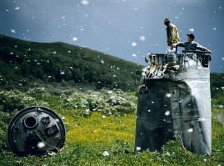 Jonas Bendiksen Abitanti di un paese nel Territorio dellAltaj raccolgono i rottami di una navicella spaziale precipitata circondati da migliaia