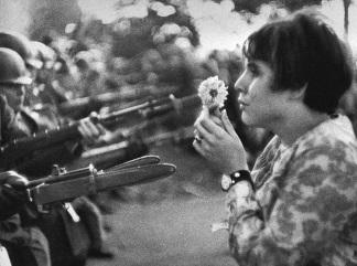 Marc Riboud Jan Rose Kasmir affronta la Guardia nazionale americana davanti al Pentagono durante una manifestazione contro la guerra del Vietnam
