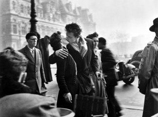 robert-doisneau- le-baiser -del lHotel-de-ville- paris 1950-1