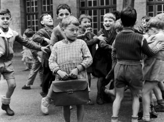 robert-doisneau-timide-a-lunettes-paris-1956